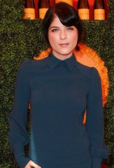 Look of the Day: Selma Blair Takes in a Match in Playful Skaist Taylor Playsuit