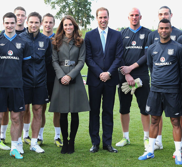 Prince William, Duke of Cambridge and Catherine, Duchess of Cambridge pose with the England team during the official launch of The Football Association's National Football Centre at St George's Park on October 9, 2012 in Burton-upon-Trent, England. (Photo by Chris Jackson - Pool /The FA via Getty Images)
