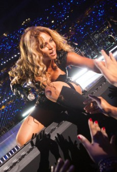 Beyoncé Touches Fans at the Super Bowl and Other Celeb Twitpics of the Week