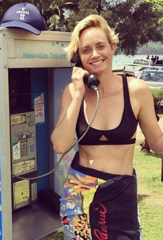 Socializing: Amber Valletta's Homage to the Pay Phone and Other Celeb #Selfies of the Week