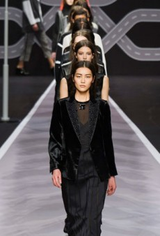 Viktor & Rolf Plays With Knit for Fall 2014 (Runway Review)