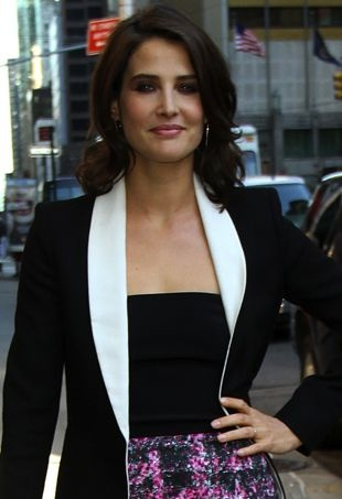 Cobie-Smulders-Late-Show-with-David-Letterman-New-York-City-portrait-cropped