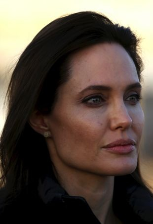 Angelina-Jolie-UNRefugeeCamp-portraitcropped