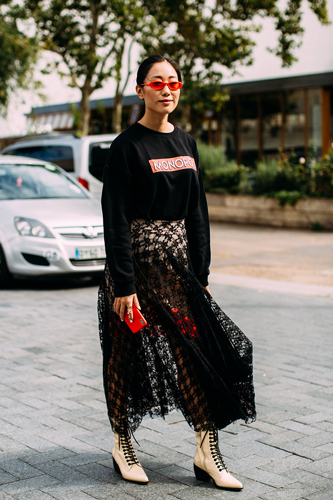 05-london-spring-2019-street-style-black-sweatshirt-sheer-skirt-red-phone-sunglasses-cream-boots.jpg (667×1000)