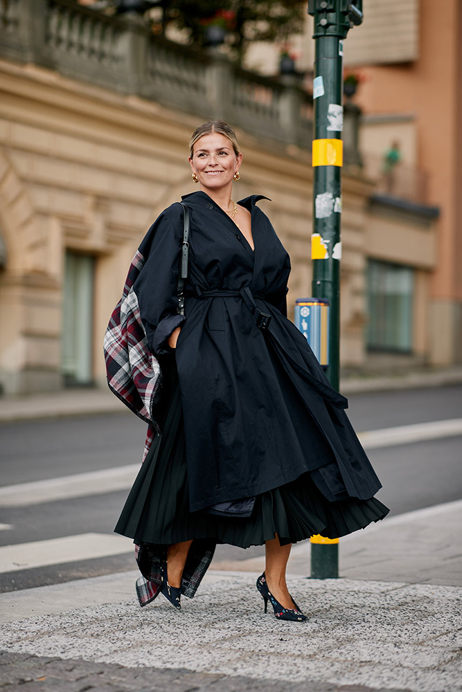07-stockholm-spring-2019-street-style-voluminous-black-trench-coat-skirt-plaid-scarf.jpg (667×1000)