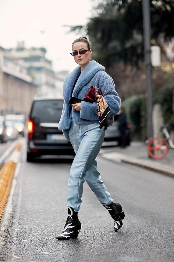 milan-fall-2018-street-style-blue-furry-jacket-jeans-black-cowboy-boots.jpg (667×1000)