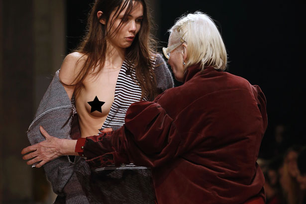 Vivienne Westwood fixes wardrobe malfunction at her Fall 2016 runway show in Paris