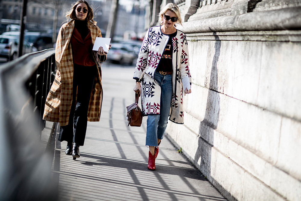 paris-fall-2018-printed-white-coat-graphic-t-shirt-cropped-jeans-red-short-cowboy-boots.jpg (1000×667)